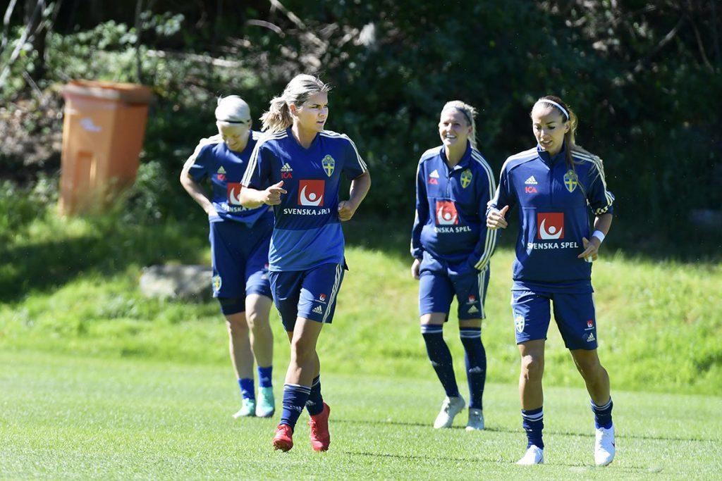 Göteborg Kamratgården Svenska Damlandslaget med tränar på IFK Göteborgs nya hybridgräsmatta upp på Kamratgården många unga tjejfotbollsspelare var där och tittade på Foto Tommy Holl IBL